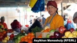 Продавец на рынке на станции Шетпе Мангистауской области.