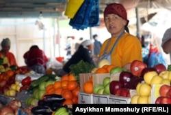 Женщина, торгующая на местном базаре. Шетпе, Мангистауская область.