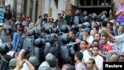 Полиция Египеттің бұрынғы президенті Мұхаммед Мурси жақтастары бекінген мешітке басып кірді. Египет, Каир, 17 тамыз 2013 жыл.