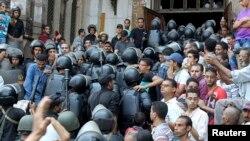 Policija ulazi u džamiju u kojoj je bilo zabarikadirano nekoliko stotina pristalica Muslimanskog bratstva, 17. avgust 2013.