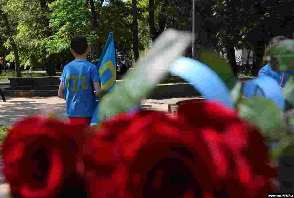 Рік 2015-й. Сімферополь, набережна Салгира. Російській владі півострова було недостатньо витіснити кримськотатарський мітинг 18 травня з центру міста на околицю. У цьому році вперше централізованого збору не було зовсім.