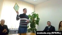 Алесь Пашкевіч з дыплёмам для Алеся Плоткі.