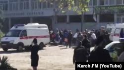 На месцы выбуху ў будынку Керчанскага тэхналягічнага тэхнікума.