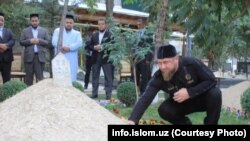Глава Чечни Рамзан Кадыров у могилы мусульманского религиозного деятеля Мухаммада Садыка Мухаммада Юсуфа. Ташкент, 16 октября 2017 года.