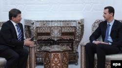 Syrian President Bashar Assad (R) meets Turkish Foreign Minister Ahmet Davutoglu in Damascus, August 2009.
