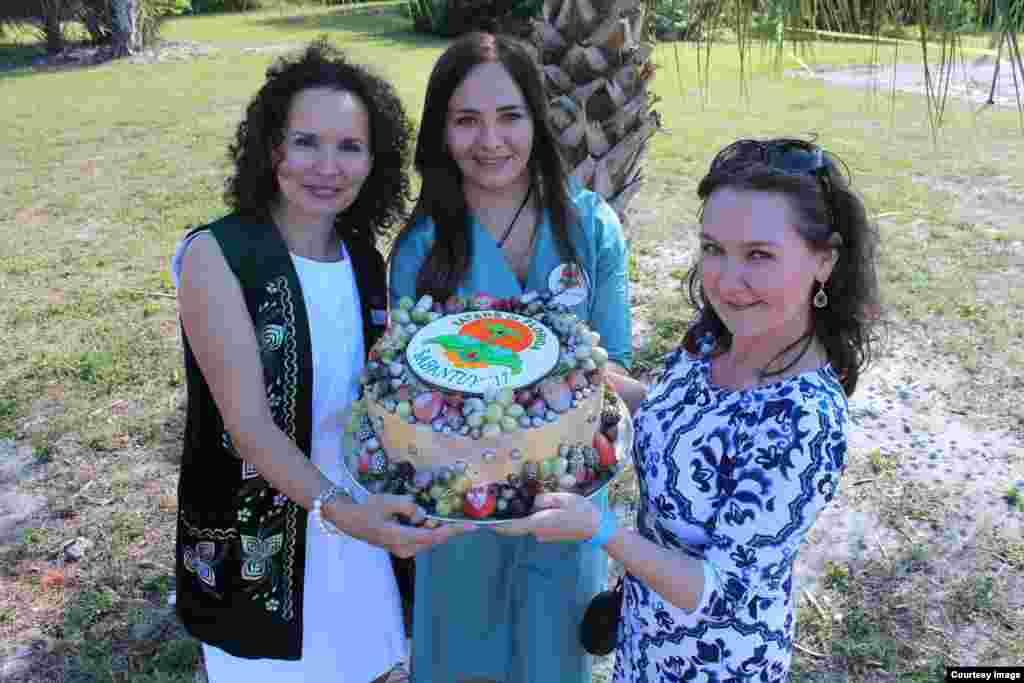 """Кызлар """"Флорида татарлары"""" оешмасы билгесе белән торт әзерләгән"""