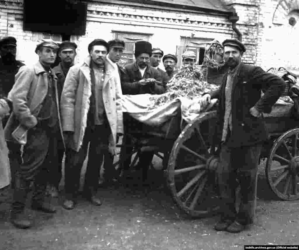 Селяни села Удачне Донецької області з конфіскованими колоссям біля сільради, 1932 рік