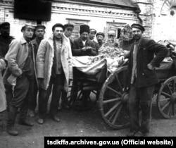 З канфіскаванымі каласкамі каля сельсавета на Данеччыне, 1932 год