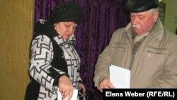 Избиратели бросают бюллетени в избирательную урну. Иллюстративное фото.