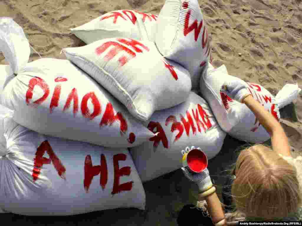 У вівторок 28 вересня у Києві відбулась перша акція протесту в рамках громадянської кампанії «Займіться ділом, а не словом!»