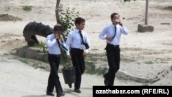 Школьники Туркменабата (иллюстрация)