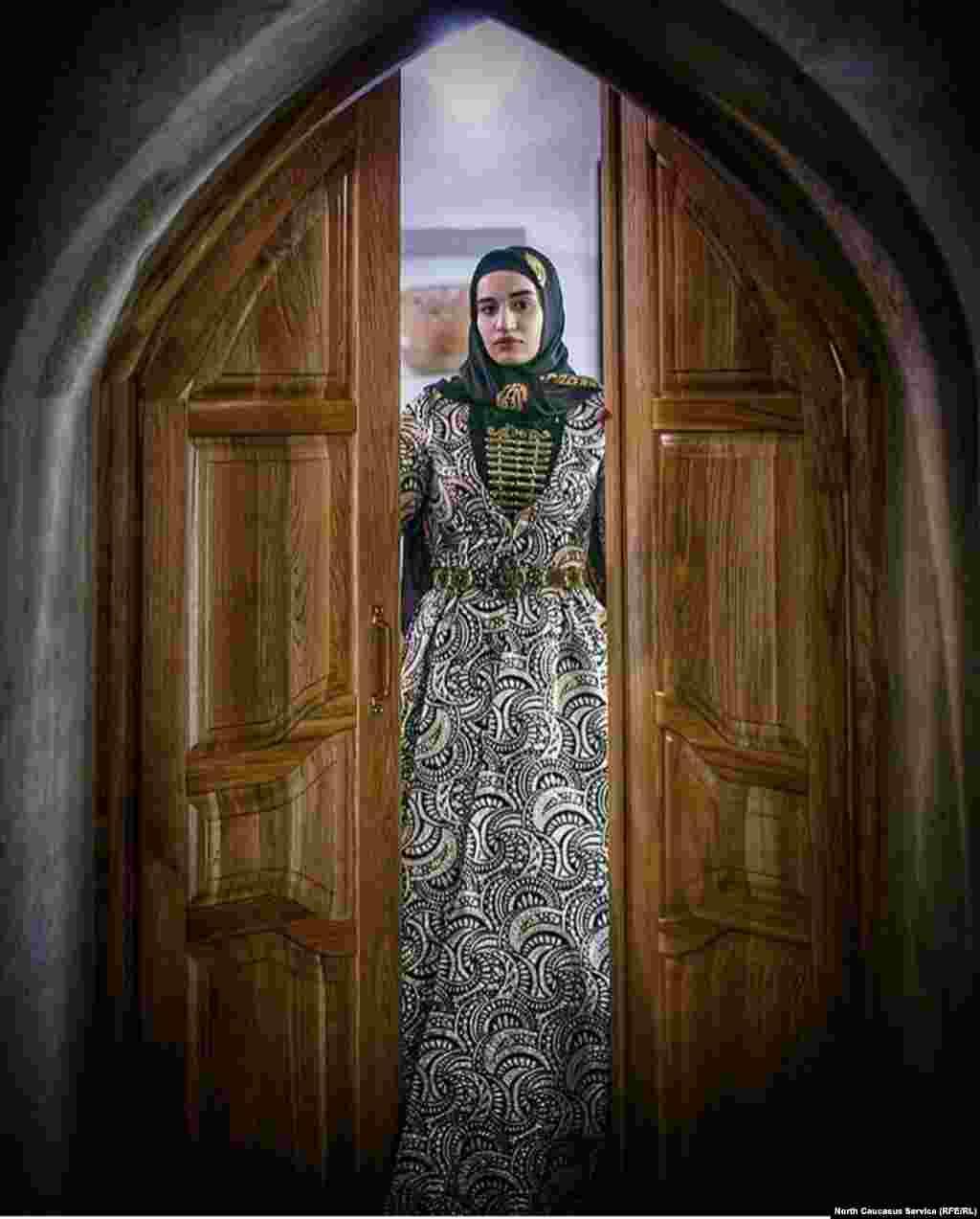 В Дагестане проживает десятки народностей и у каждого свой уникальный костюм, по которым можно узнать представительницу той или иной национальности. Но есть общие детали в одежде