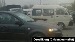 Водители в Андижане стоят в очереди возле газовых заправок.