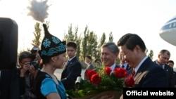 Буга чейин Кытайдын төрагасы Си Цзинпинди тосуп алуу. 11-сентябрь, 2013-жыл.