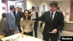 Карлес Пучдемон голосує на референдумі, Корнелья-де-Террі, 1 жовтня 2017 року
