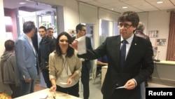 Карлес Пучдемон на избирательном участке.