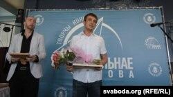 """Зьміцер Лукашук (у цэнтры) падчас уручэньня прэміі """"Вольнае слова"""" ў траўні 2012-га."""