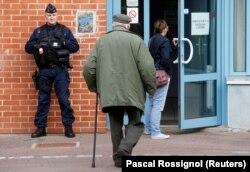 Полицейский возле избирательного участка