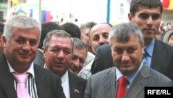 Альберт Джуссоев (слева) с экс-президентом Южной Осетии Эдуардом Кокойты (архивное фото)