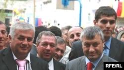 ალბერტ ჯუსოევი, ოპოზიციის ლიდერი (მარცხნივ) და ედუარდ კოკოითი, დე ფაქტო სამხრეთ ოსეთის პრეზიდენტი. ერთ დროს თანამოაზრეები, დღეს - ოპონენტები