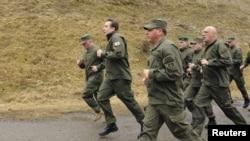 Президент Грузии Михаил Саакашвили (впереди) держит себя в хорошей военной форме