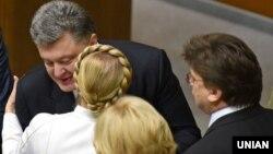 Украина президенті Петр Порошенко (ортада) және «Батькивщина» партиясының жетекшісі Юлия Тимошенко парламент жиынында. Киев. 27 қараша, 2014 жыл