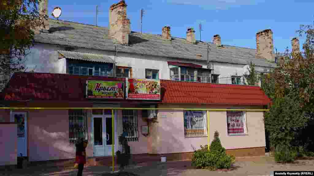 Eski Qırımnıñ baş soqağında zemaneviy binalar da bar