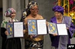 Лауреаты Нобелевской премии мира 2011 года - президент Либерии Эллен Джонсон-Серлиф, либерийский гражданский активист Лейма Гбови и лидер оппозиции Йемена Тавакул Карман. Осло, 10 декабря 2011 года.