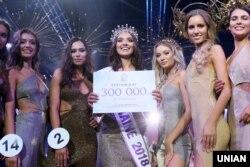 В центрі: 23-річна киянка, переможниця конкурсу «Міс Україна-2018» Вероніка Дідусенко під час церемонії нагородження в Києві, 20 вересня 2018 року. Згодом Дідусенко дискваліфікували