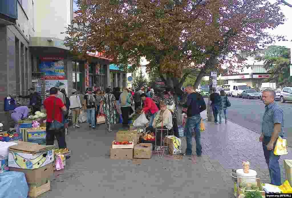 Незрозуміло, кого так напружено виглядають торговці: покупців або поліцейських