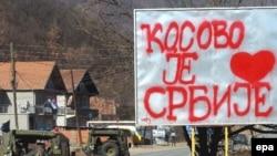 Vozila danskog kontingenta KFOR-a na putu u selu Zubin Potok