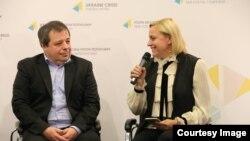 Український піаніст Олексій Ботвинов (л) і організатор фестивалю Odessa Classics Лариса Мудрак, Київ, 4 грудня 2017 року