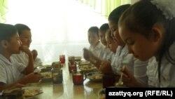 Ученики средней школы обедают в столовой. Шымкент, 12 сентября 2014 года.