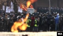 Pamje nga protestat para dhe rreth Kuvendit të Maqedonisë lidhur me buxhetin për vitin 2013