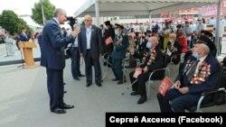 Российский глава Крыма Сергей Аксенов общается с ветеранами, Симферополь, 24 июня 2020 года