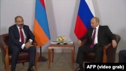 Президент России Владимир Путин и премьер-министр Армении Никол Пашинян (слева)