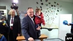 Ігар Дадон падчас галасаваньня на выбарчым участку ў Кішынёве, 13 лістапада 2016 году