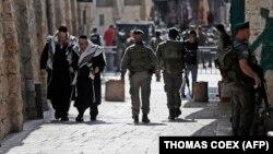 Израильские спецслужбы патрулируют улицы в мусульманском квартале Старого города в Иерусалиме. 5 октября 2015 года.