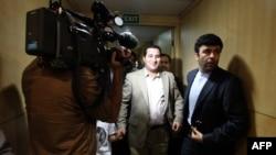 امیری (وسط تصویر) در زمان استقبال از او هنگام بازگشت به ایران؛ چندی بعد بازداشت و در میانه مرداد ماه خبر اعدام او تائید شد