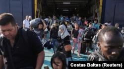 Migranti u luci Elefsina nedaleko od Atene