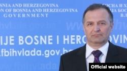 Zukan Helez: Politička pozadina interesa