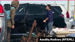Qırğızıstan-Nurbololotun böyük bacısı, o da maşın bazarında avtomobillri yumaqla pul qazanır, fevral, 2017