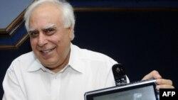 کاپیل سیبال، وزير توسعه نيروی انسانی هند، به هنگام رو نمایی از کامپیوتر