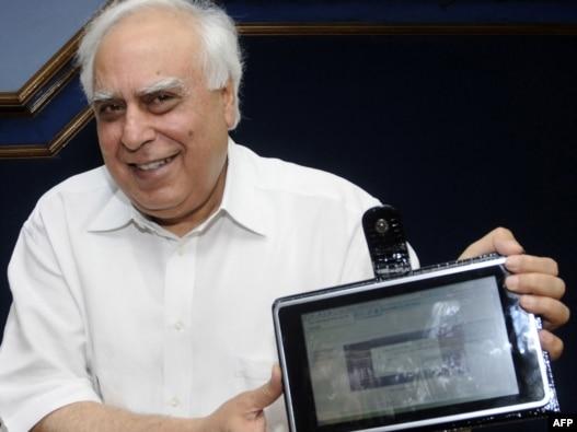 کاپیل سیبال، وزیر توسعه نیروی انسانی  هند،  به هنگام رو نمایی از کامپیوتر