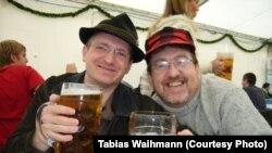 """""""Нефармальная сустрэча з півам можа адбывацца дзе заўгодна. А паводле старой нямецкай традыцыі рэгулярныя такія сутрэчы называюцца Stammtisch – стол заўсёднікаў (Табіяс Вайман зьлева)."""