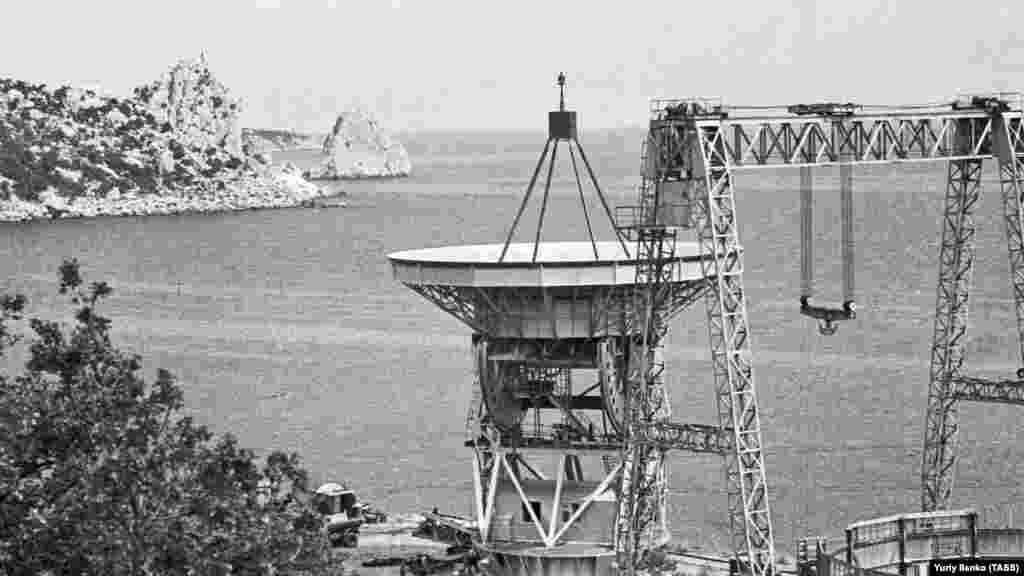 Симеизскую обсерваторию открыли в 1908-м. В годы Второй мировой войны ее полностью разрушили. Однако уже в 1945 году советские власти приняли решение восстановить ее. Нынешний радиотелескопРТ-22 открыли 52 года назад. Фото сделано за год до этого –в 1966-м