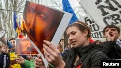 Moldova.6 aprel/ Rusiyanın Krımı ilhaq etməsini pisləyən etirazçı Rusiya prezidenti V. Putinin şəklini yandırır.