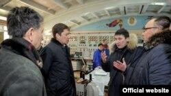 Cапар Исаков жана Айбек Калиев (оңдо) Бишкек Жылуулук борборунда. 27-январь, 2018-жыл.