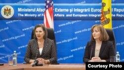 Вікторія Нуланд (л) і міністр закордонних справ Молдови Наталія Ґерман (п) на прес-конференції в Кишиневі, 30 березня 2014 року