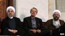 Иран күштік құрлымдарының басшылары: президент Хассан Роухани (сол жақта), парламент спикері Әли Ларижани (ортада) және оның інісі, сот жүйесінің басшысы Садег Ларижани (оң жақта).
